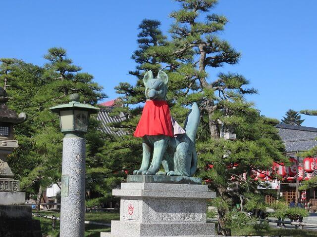 豊川稲荷ご本殿に向かう鳥居の前の狛狐