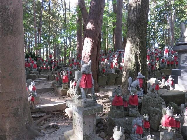 豊川稲荷の霊狐塚に祀られたおキツネさん