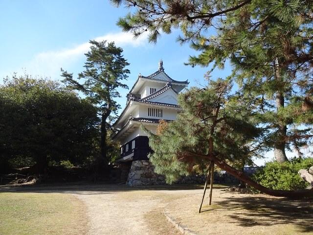 横から見た豊橋市の吉田城