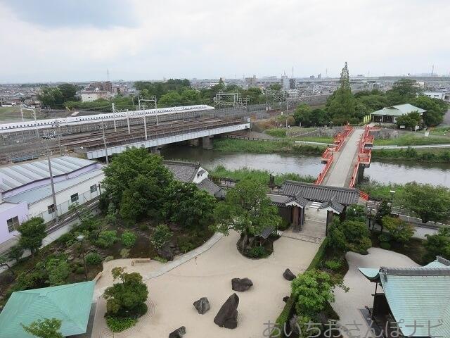 愛知県清須市の清洲城から眺める五条川と新幹線
