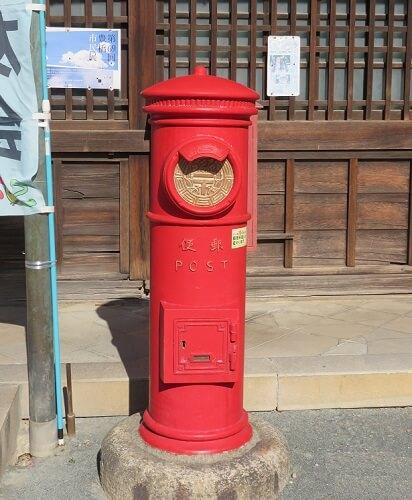 愛知県豊川稲荷にある日本最古の丸形郵便ポスト