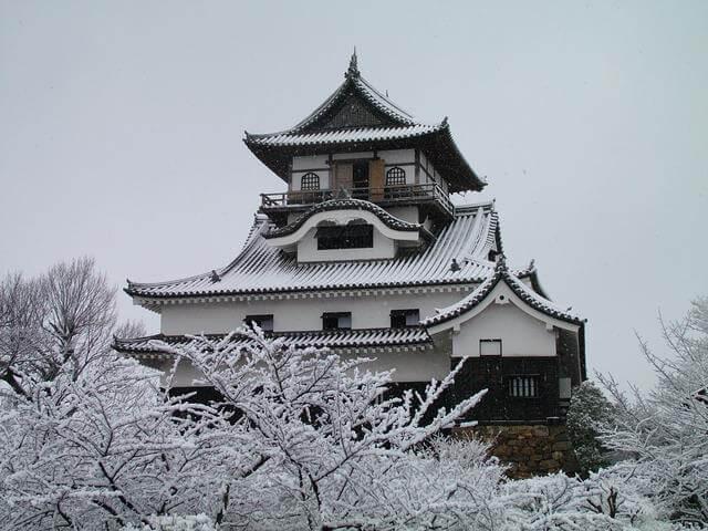 雪化粧をした犬山城