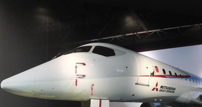 MRJミュージアムの入り口にある飛行機のパネル