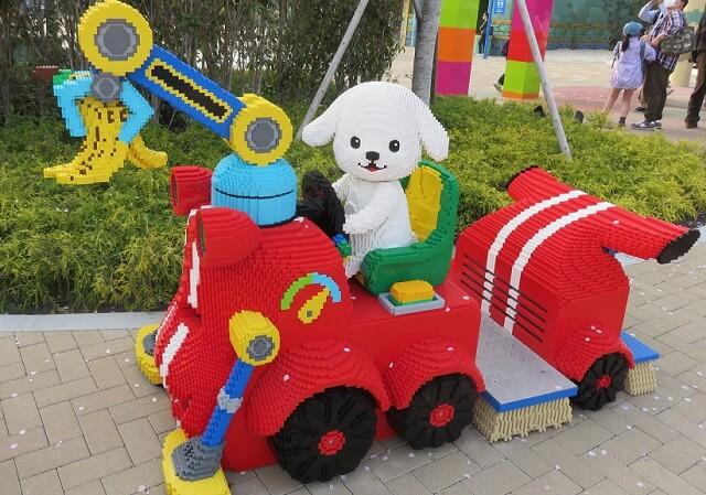 レゴランド名古屋の白い犬と車