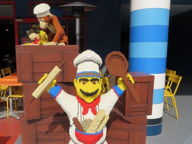 レゴランド名古屋ファクトリー・サンドイッチ・カンパニーの前にいるレゴのコックさん