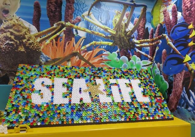 シーライフ名古屋にある、ペットボトルのふたで作られたSEA LIFEの看板
