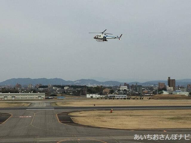 あいち航空ミュージアムの展望デッキから見た、ヘリコプターの着陸風景