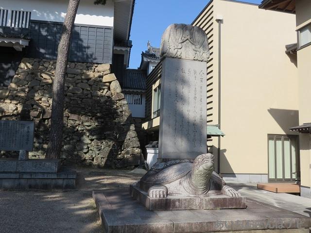 岡崎城入口にある家康座右の銘が刻まれた石碑