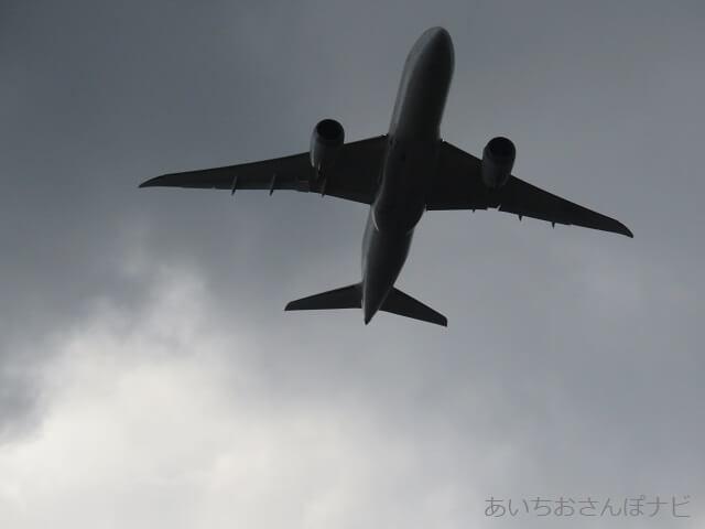中部国際空港セントレア滑走路見学ツアー、真上を通っていく飛行機