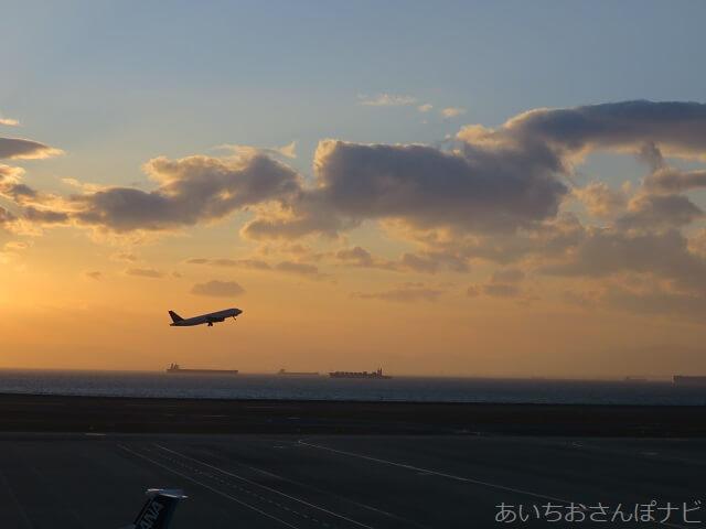 中部国際空港セントレアから飛び立つ飛行機