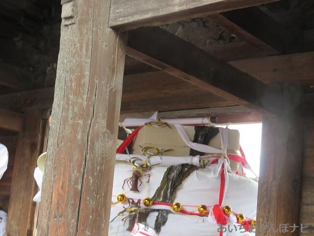 国府宮神社大鏡餅が山門をくぐる