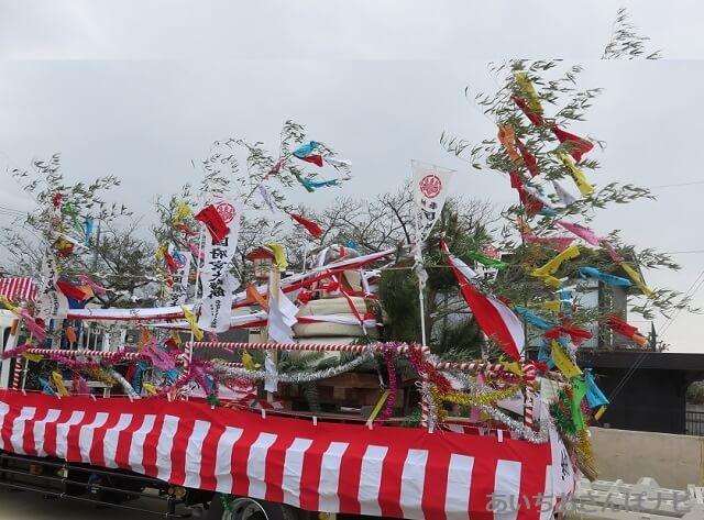 国府宮神社の奉納される鏡餅となおい笹