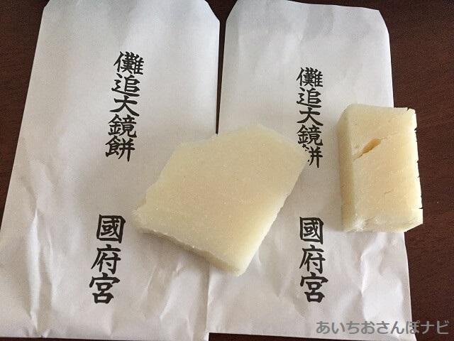 国府宮神社で配られた鏡餅