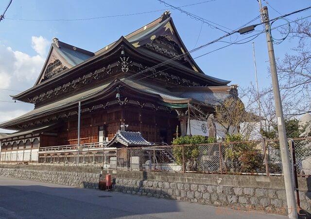 稲沢市祖父江善光寺の本堂の駐車場側(南側)
