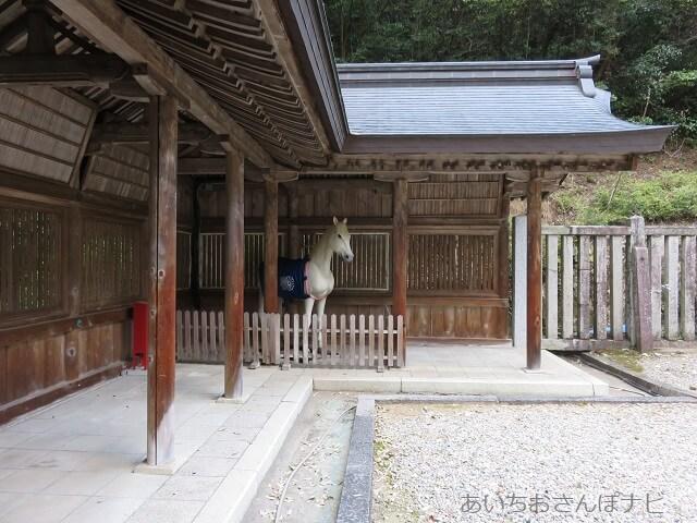 岐阜伊奈波神社にいる白馬