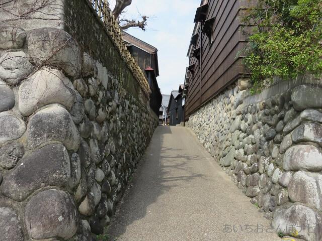 岐阜市川原町にある黒壁の通り