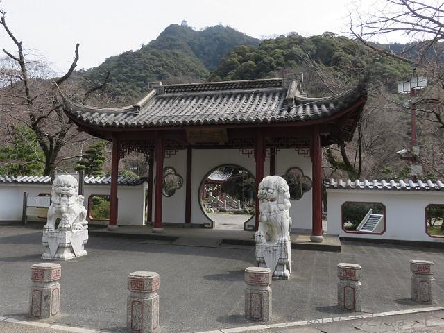 岐阜市の日中友好公園の唐門