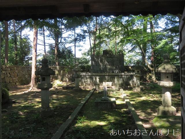 滋賀県近江八幡市の安土城跡にある信長本廟