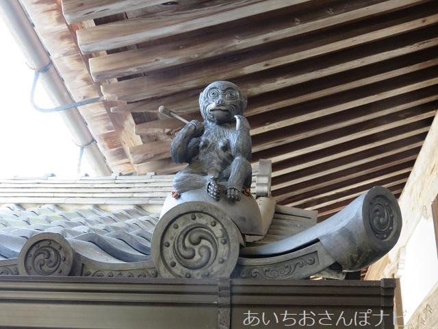 大津市坂本町の西教寺の屋根の上の猿