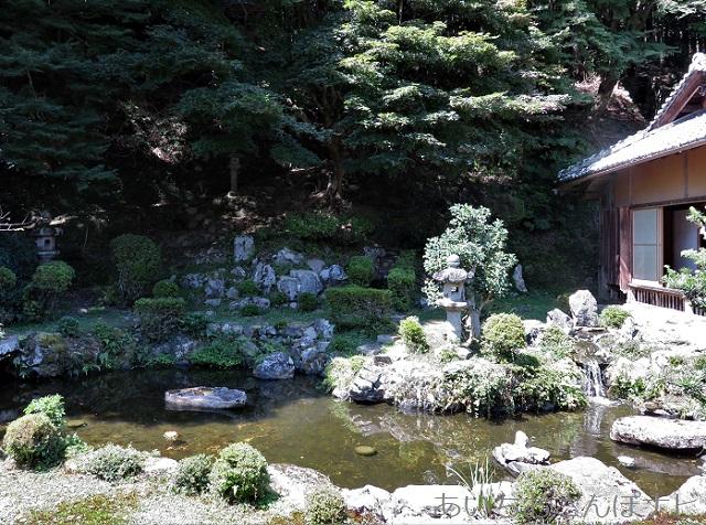 大津市坂本町の西教寺客殿から見た庭園