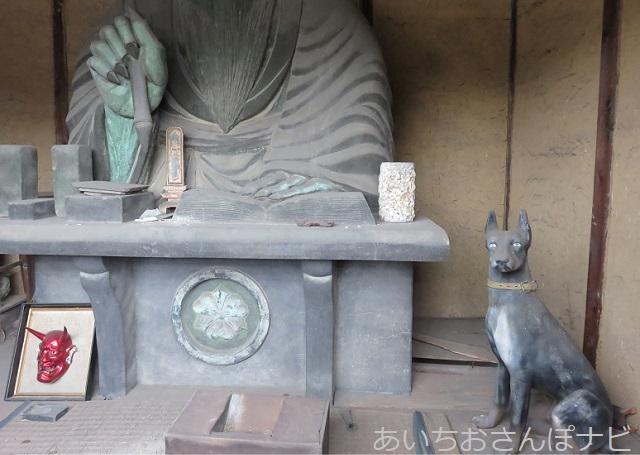 愛知県西尾市の閻魔堂内の犬