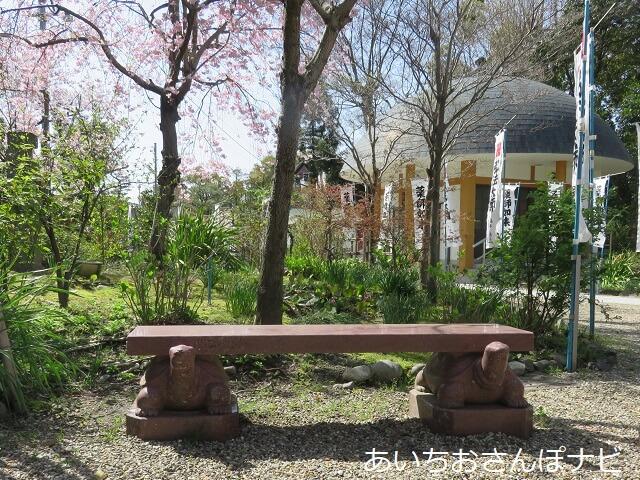 津島市宝寿院の亀のベンチと地蔵堂