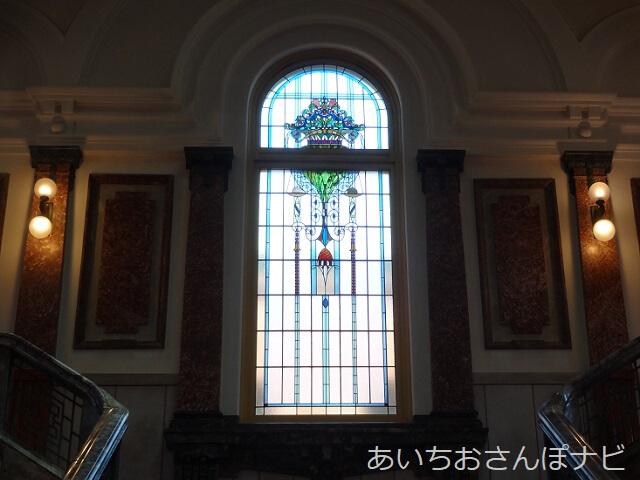 名古屋市市政資料館の中央階段上のステンドグラス