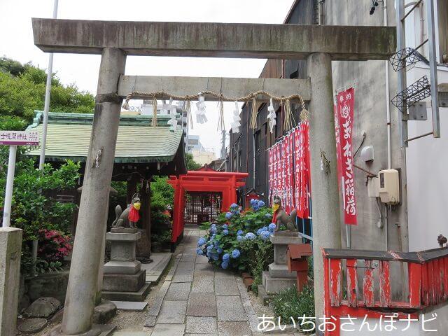 名古屋市中区大須の富士浅間神社のまねき稲荷の参道
