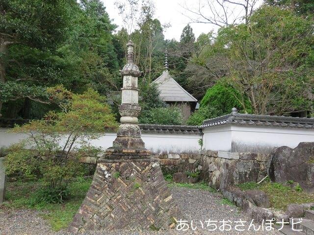 愛知県小牧市福厳寺の陶器の宝塔